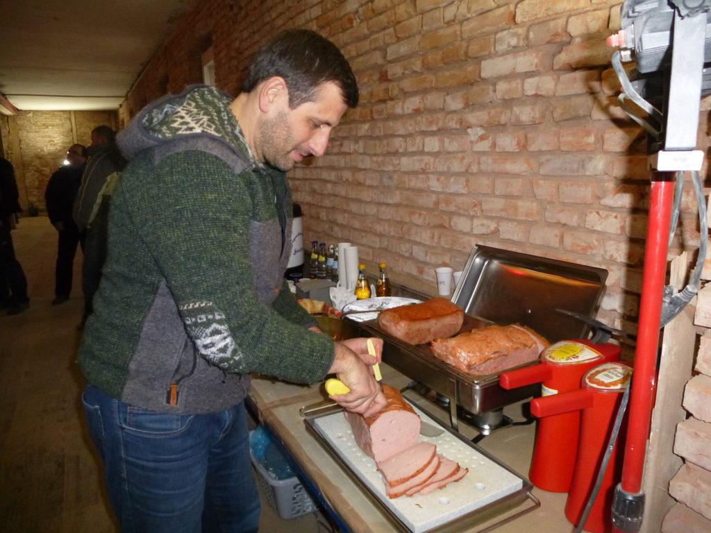 Alexander Weber bewirtet beim Richtfest mit leckerem Fleischkäse und mehr